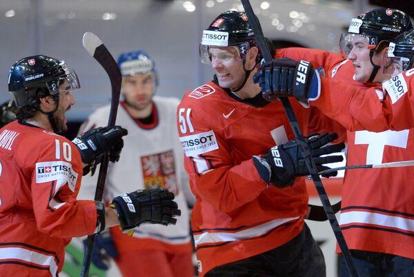 Хоккеисты сборной Швейцарии радуются заброшенной шайбе в ворота Чехии