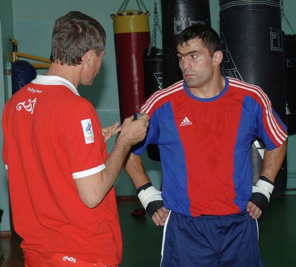 Российский боксер Чахкиев Рахим (справа)