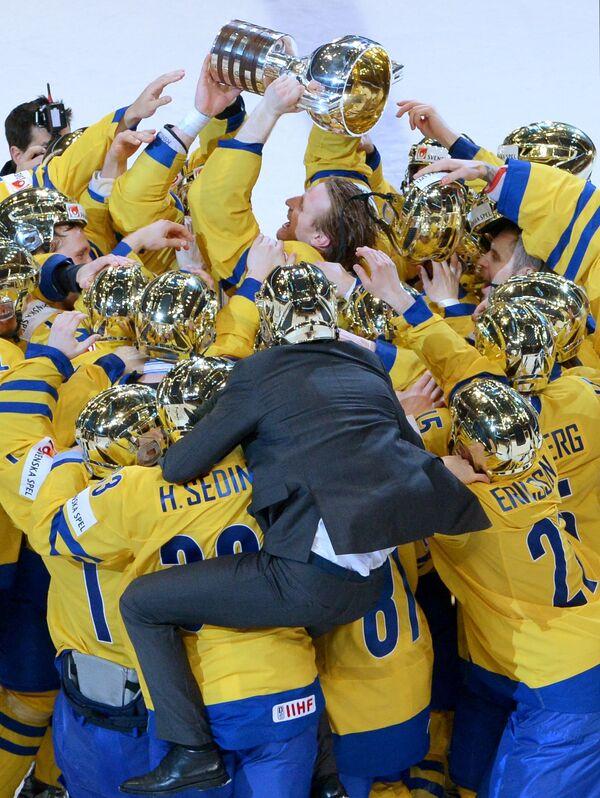 Хоккеисты сборной Швеции радуются победе в финальном матче Чемпионата мира