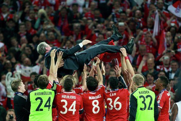 Игроки ФК Бавария качают на руках главного тренера Юппа Хайнкеса