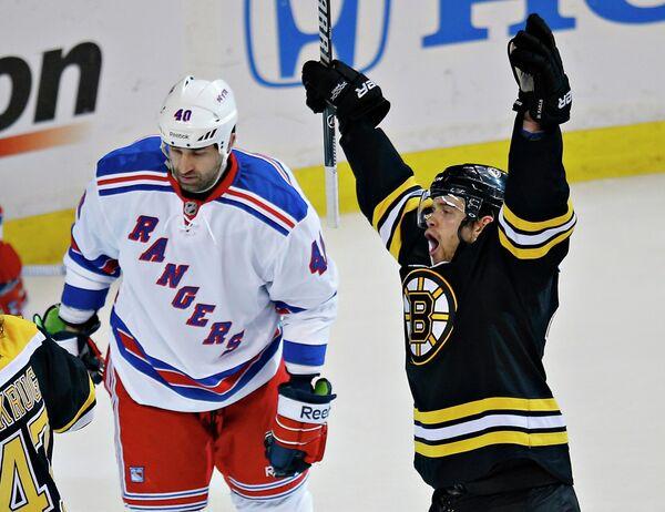 Хоккеист Бостона Даниэль Пол радуется забитой шайбе в матче с Нью-Йорк Рейнджерс