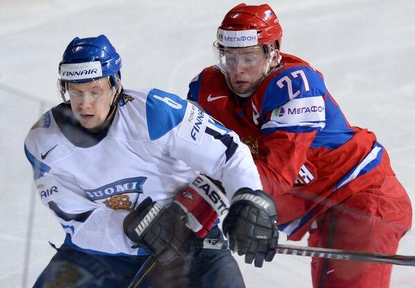 Игрок сборной Финляндии Туукка Мянтюля (слева) и игрок сборной России Алексей Терещенко