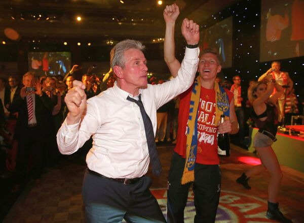 Главный тренер Баварии Юпп Хайнкес и полузащитник Бастиан Швайнштайгер во время банкета в честь победы в Лиге чемпионов