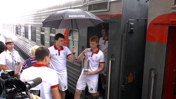 Доставленный в Москву огонь Универсиады уберегали от ливня под зонтом