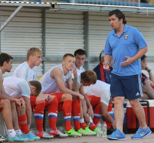 Николай Писарев (справа) и футболисты молодежной сборной России