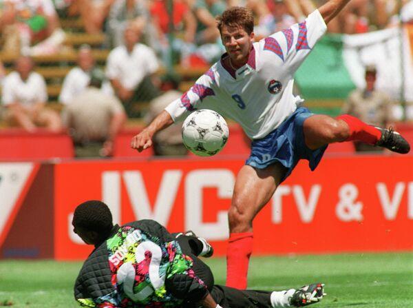 1994 год - форвард сборной России Олег Саленко забивает пятый мяч в ворота камерунского голкипера Жака Сонго'О