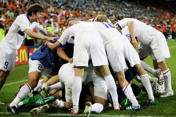 2008 год - футболисты сборной России устраивают кучу-малу после сенсационной победы над сборной Голландии в четвертьфинале Евро-2008