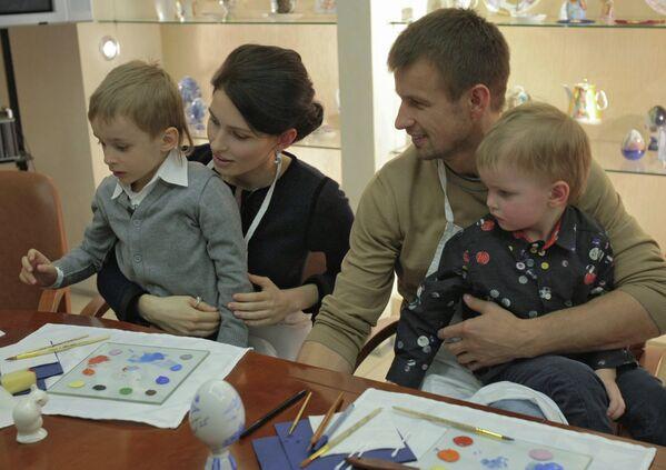 Сергей Семак с супругой Анной и их сыновья Семен (слева) и Иван (справа)