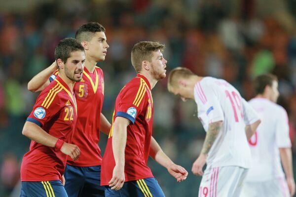 Футболисты сборной Испании радуется голу в ворота сборной России