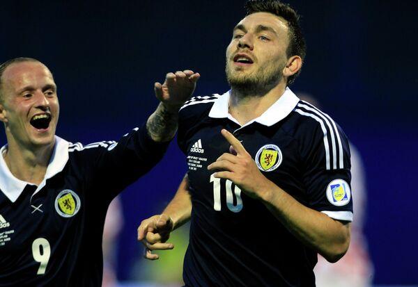 Форвард сборной Шотландии Роберт Снодграсс радуется мячу в ворота сборной Хорватии