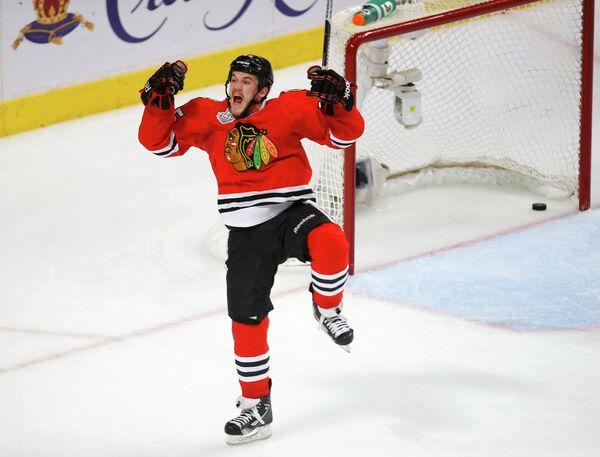 Форвард Чикаго Эндрю Шоу радуется заброшенной шайбе, принесшей победу над Бостоном в овертайме первого матча финальной серии НХЛ // REUTERS, Jim Young