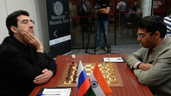 Владимир Крамник (слева) и Вишванатан Ананд
