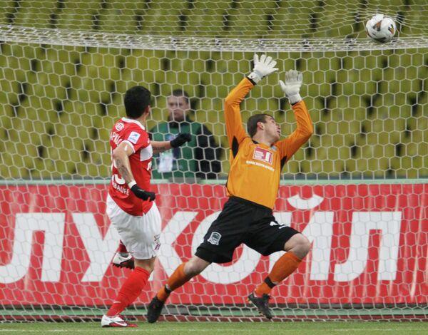 Маркос Рохо ( в красном) забивает гол в ворота Евгения Городова