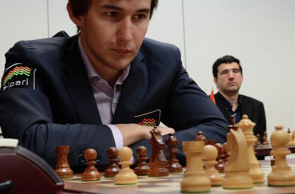 Российские шахматисты Сергей Карякин (слева) и Владимир Крамник