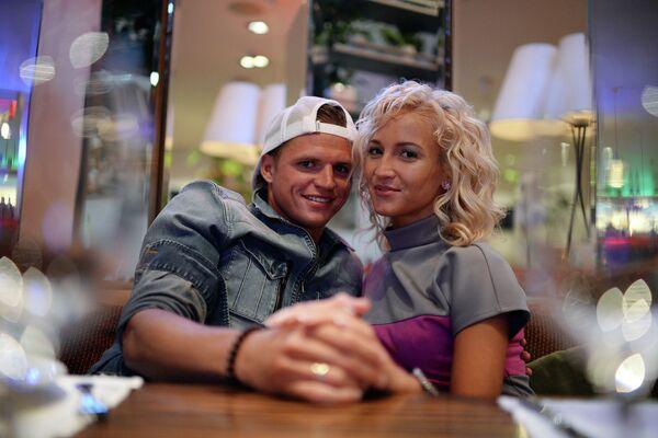 Полузащитник московского Локомотива Дмитрий Тарасов и его жена Ольга Бузова