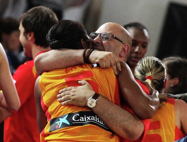 Главный тренер сборной Испании Лукас Мондело радуется победе своей команды