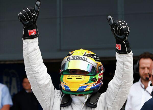 Пилот команды Мерседес Льюис Хэмилтон после завоевания поула на Гран-при Великобритании