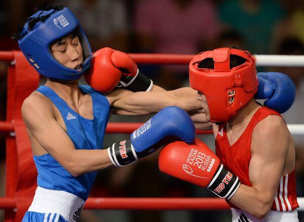 Россиянин Белик Галанов (слева) и корейский спортсмен Ким Инку