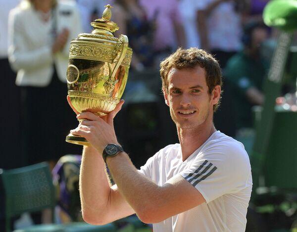 Британский теннисист Энди Маррей с главным трофеем соревнований