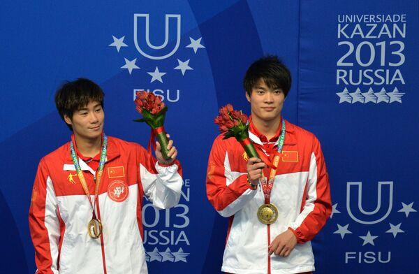 Хо Лянь и Хун Ин (Китай), завоевавшие золотые медали на соревнованиях по синхронным прыжкам в воду
