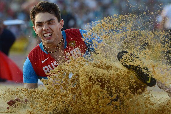 Александр Меньков (Россия) в финальных соревнованиях по прыжкам в длину
