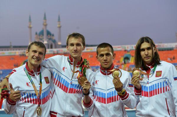 Российские спортсмены, завоевавшие золотые медали в эстафете 4х400 м среди мужчин в соревнованиях по легкой атлетике