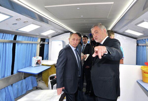 12 июля 2013. Президент РФ Владимир Путин (слева) ознакомился с работой мобильных комплексов медицинского обеспечения