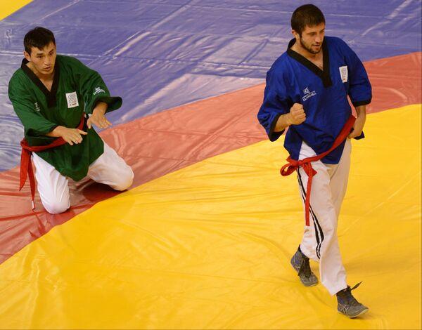 Алибек Лепшоков (справа)
