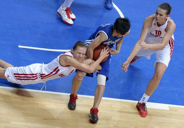 Игрвоой момент матча по баскетболу между сборными командами России и Китайского Тайбэя
