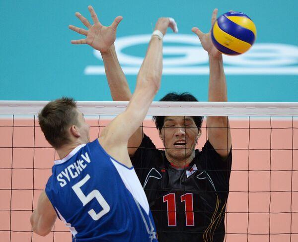 Игрок сборной России Олег Сычев и игрок сборной Японии Ямато Фусими (на втором плане)