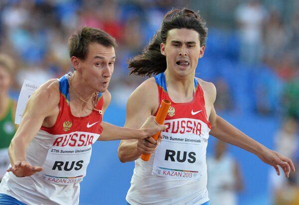 Российские спортсмены Владимир Краснов и Радэль Кашефразов (слева направо) в финальном забеге эстафеты 4х400 м