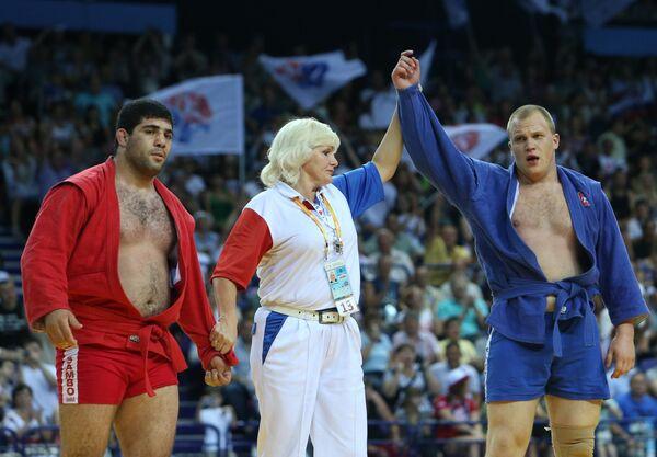 Россиянин Александр Кучумов (в синем) и Хакоб Аракелян из Армении