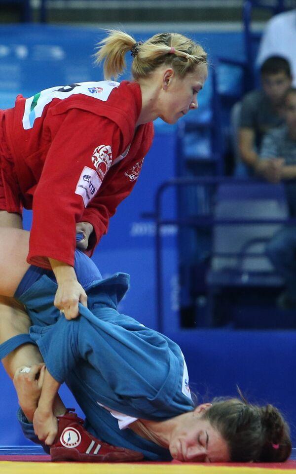 Россиянка Анастасия Валова (в синем)