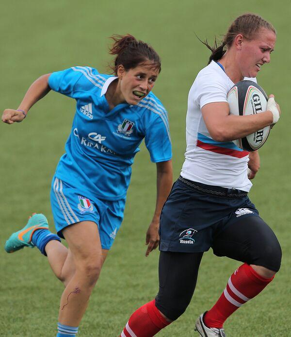 Игрок сборной России Марина Петрова (справа)