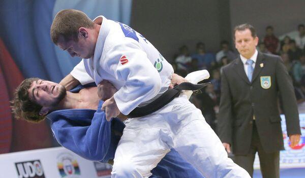Российские спортсмены Станислав Семенов (в белой форме) и Арсен Пшмахов
