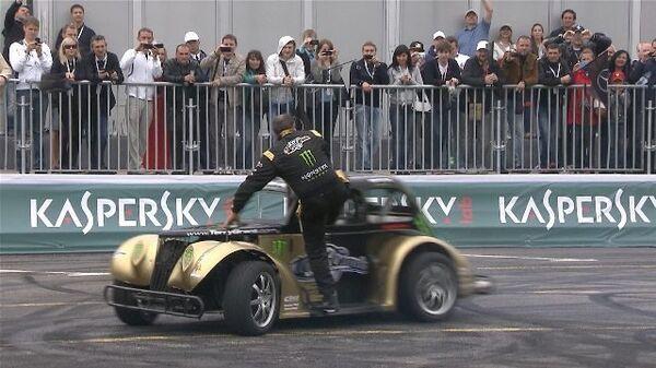 Вальсирующие спорткары и трюки гонщиков на Moscow City Racing