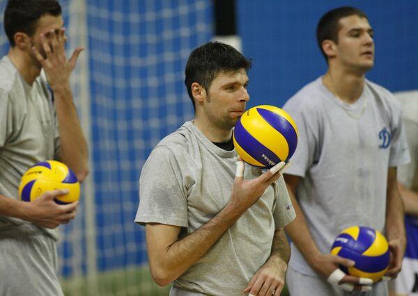 Волейболист Роман Яковлев (в центре)
