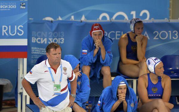 Женская сборная России по водному поло и главный тренер команды Михаил Накоряков