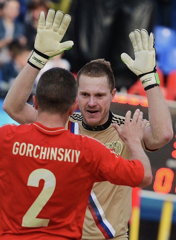 Игрок сборной России Юрий Горчинский (слева) и вратарь сборной России Андрей Бухлицкий