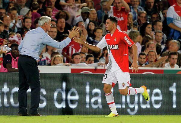 Нападающий Монако Эммануэль Ривьер празднует гол с главным тренером команды Клаудио Раньери