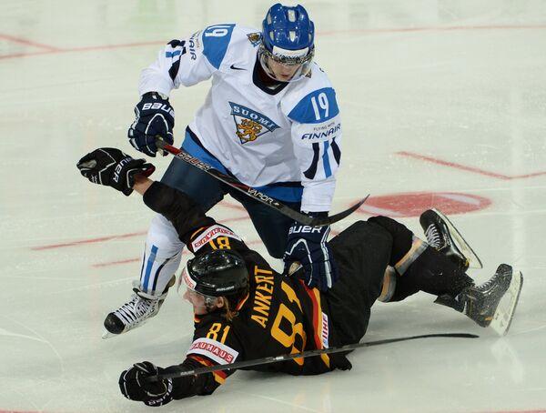 Хоккеист сборной Финляндии Вели-Матти Савинайнен (в светлой форме)