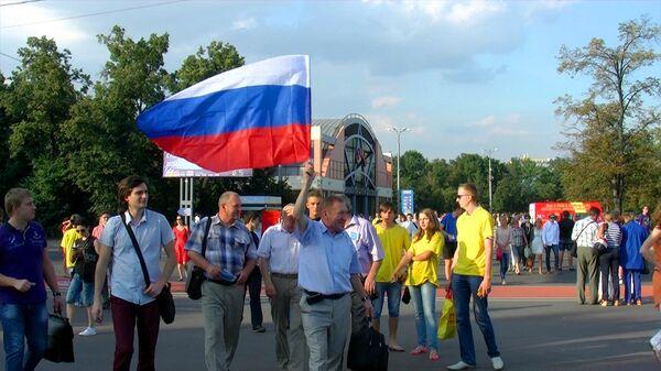 Ликующие болельщики Исинбаевой махали флагами и кричали в метро от радости
