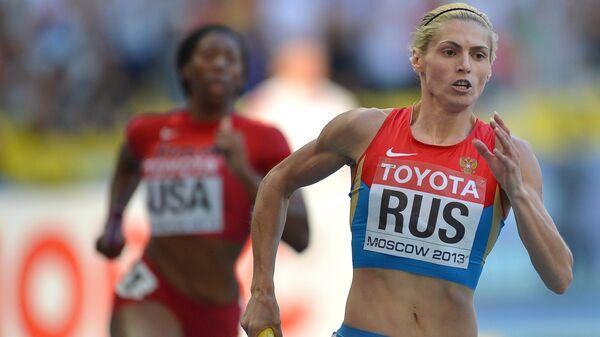 Россиянка Антонина Кривошапка (справа) в финальном эстафетном забеге 4x400 м среди женщин