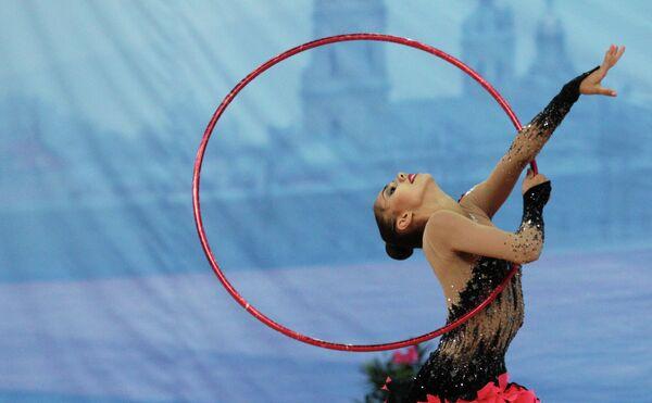 Маргарита Мамун (Россия) выполняет индивидуальные упражнения с обручем