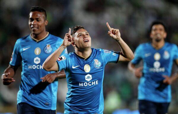 Футболист Порту Хуан Кинтейро (в центре),