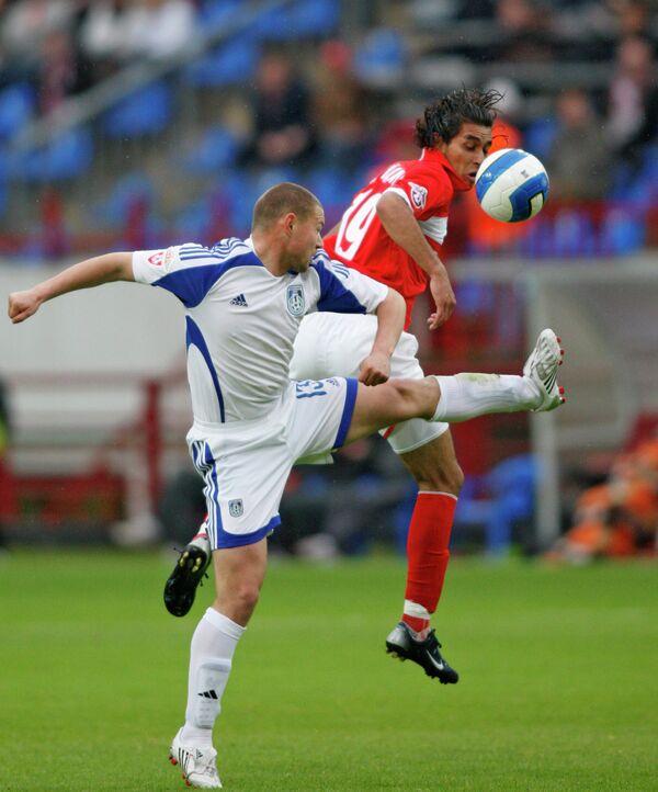 Футболист Шинника Дмитрий Кудряшов (слева) и спартаковец Оскар Кристиан Майдана (справа)