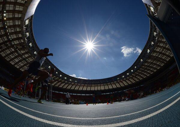 Спортсмен в предварительном забеге на 200 м среди мужчин на чемпионате мира по легкой атлетике в Москве