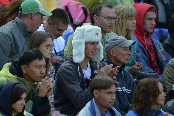 Зрители во время финального матча мужского турнира этапа Большого Шлема по пляжному волейболу