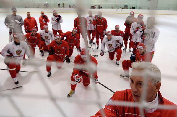 Главный тренер Зинэтула Билялетдинов на тренировке мужской сборной России по хоккею.