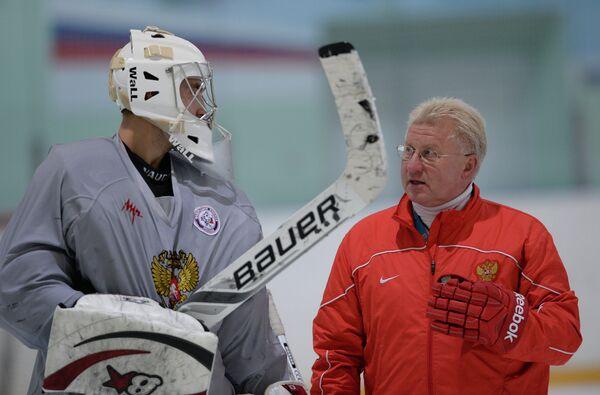 Вратарь Станислав Галимов (слева) и тренер Владимир Мышкин